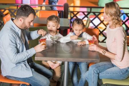 Photo pour Famille de manger des desserts savoureux café au centre de divertissement - image libre de droit