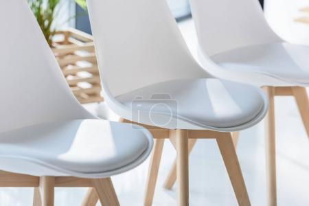 Photo pour Chaises blanches en léger de bureau modern - image libre de droit