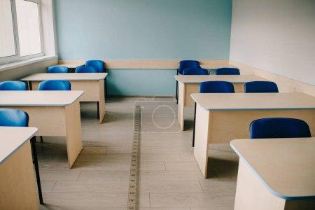 Leerstehendes Klassenzimmer an moderner Schule