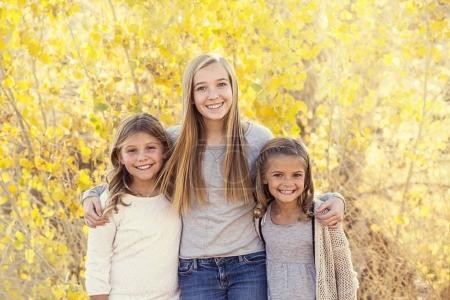 Photo pour Photo de portrait de quatre mignons enfants tenant la main à l'extérieur pendant une journée d'automne. Groupe frère de trois filles et garçons d'âges différents - image libre de droit