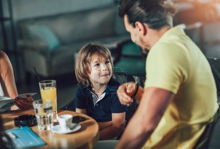 Photo pour Père et fils, avoir grand temps en restaurant - image libre de droit