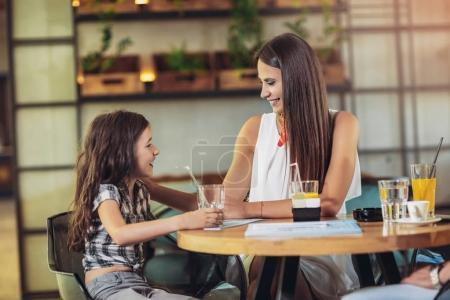 Photo pour Mère et fille, avoir grand temps en restaurant - image libre de droit