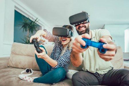 Foto de Amigos felices jugando videojuegos con gafas de realidad virtual - gente joven divirtiéndose con la nueva consola de tecnología en línea - Imagen libre de derechos