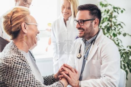 Gruppe junger Ärzte beim Hausbesuch Senioren