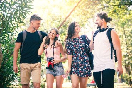 Groupe de jeunes gens s'amuser au parc d'été