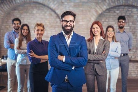 Photo pour Groupe de gens d'affaires heureux représentant la société dans le bureau moderne debout avec les bras croisés . - image libre de droit