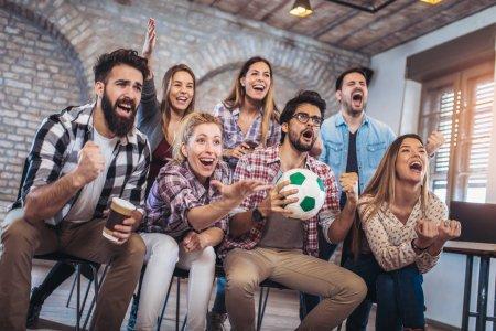 Photo pour Fans de football heureux football regarder à la télévision et la célébration de la victoire. - image libre de droit