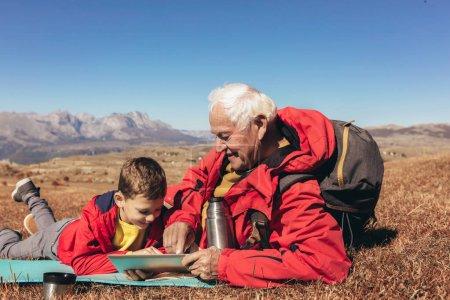 Photo pour Garçon camping avec grand-père en automne . - image libre de droit