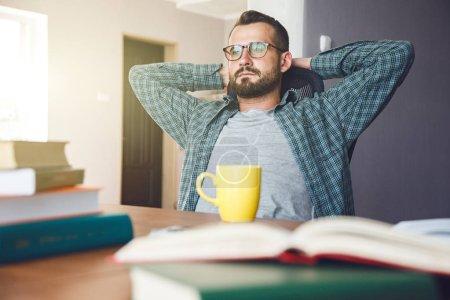 Photo pour Homme a pause repos après avoir lu le travail - image libre de droit
