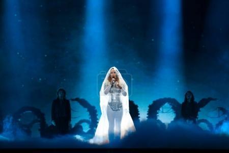 Photo pour KYIV, UKRAINE - 08 MAI 2017 : Lindita d'Albanie à la première demi-finale du Concours Eurovision de la chanson, à Kiev, Ukraine - image libre de droit