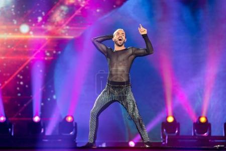 Photo pour Kiev, Ukraine - 8 mai 2017: Slavko Kalezic du Monténégro à la première demi-finale répétition pendant le concours Eurovision de la chanson, à Kiev, Ukraine - image libre de droit
