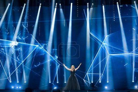 Photo pour Kiev, Ukraine - 8 mai 2017: Blanche de la Belgique à la première demi-finale répétition pendant le concours Eurovision de la chanson, à Kiev, Ukraine - image libre de droit