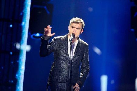 Foto de Kiev, Ucrania - 08 de mayo de 2017: Omar Naber de Eslovenia en el primer ensayo semifinal durante la canción de Eurovisión, en Kiev, Ucrania - Imagen libre de derechos