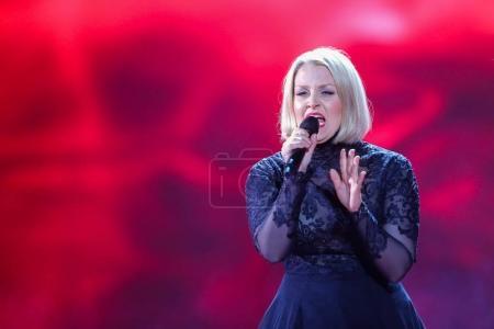 Foto de Kiev, Ucrania - 08 de mayo de 2017: Norma John de Finlandia en el primer ensayo semifinal durante la canción de Eurovisión, en Kiev, Ucrania - Imagen libre de derechos