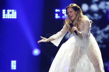Foto de Kiev, Ucrania - 10 de mayo de 2017: Tijana Bogicevic de Serbia en el segundo ensayo semifinal durante la canción de Eurovisión, en Kiev, Ucrania - Imagen libre de derechos