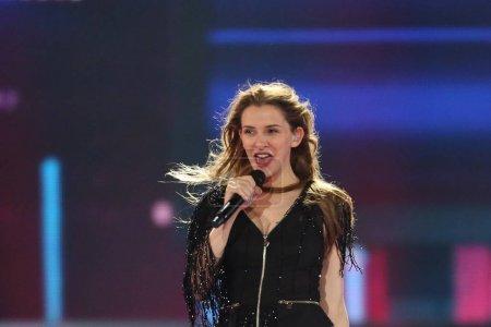 Photo pour Kiev, Ukraine - 10 mai 2017: Jana Burceska de Macédoine à la répétition deuxième demi-finale pendant le concours Eurovision de la chanson, à Kiev, Ukraine - image libre de droit