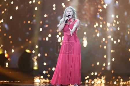 Foto de KYIV, UKRAINE - MAY 10, 2017:  Anja Nissen from Denmark at the second semi-final rehearsal during Eurovision Song Contest, in Kyiv, Ukraine - Imagen libre de derechos