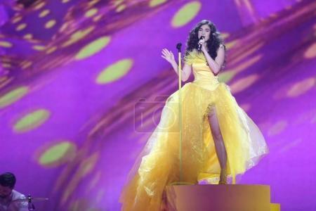 Foto de Kiev, Ucrania - 10 de mayo de 2017: Timebelle de Suiza en el segunda semifinal ensayo durante la canción de Eurovisión, en Kiev, Ucrania - Imagen libre de derechos