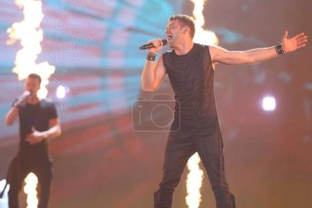 Foto de KYIV, UKRAINE - MAY 10, 2017:  Imri Ziv from Israel at the second semi-final rehearsal during Eurovision Song Contest, in Kyiv, Ukraine - Imagen libre de derechos