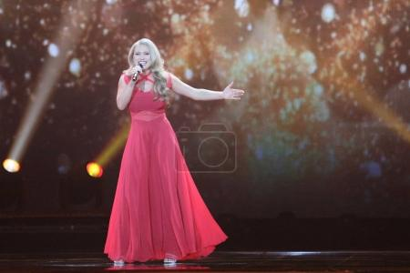 Foto de KYIV, UKRAINE - MAY 10, 2017:  Anja Nissen from Denmark at the second semi-final rehearsal during Eurovision Song Contest, in Kyiv, Ukraine - Imagen libre de derechos