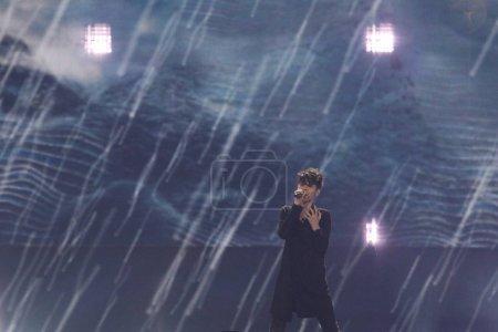 Foto de Kiev, Ucrania - 10 de mayo de 2017: Kristian Kostov de Bulgaria en el segunda semifinal ensayo durante la canción de Eurovisión, en Kiev, Ucrania - Imagen libre de derechos