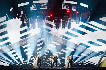 Foto de Kiev, Ucrania - 12 de mayo de 2017: Sunstroke Project de Moldavia en el Gran Final del ensayo durante la canción de Eurovisión, en Kiev, Ucrania Hey Mamma - Imagen libre de derechos