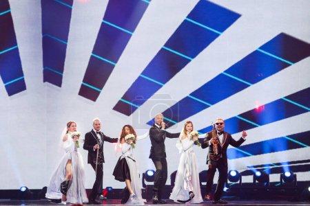 Photo pour Kiev, Ukraine - 12 mai 2017: Sunstroke Project de la Moldavie à la répétition de la grande finale durant le concours Eurovision de la chanson, à Kyiv, Ukraine Hey Mamma - image libre de droit