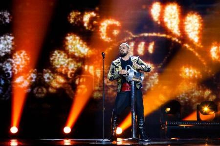 Photo pour Kiev, Ukraine - 12 mai 2017: Joci Papai de la Hongrie à la répétition de la grande finale durant le concours Eurovision de la chanson, à Kiev, Ukraine - image libre de droit