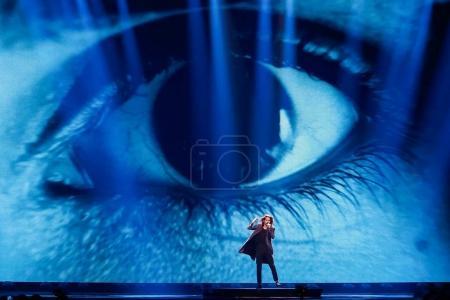 Foto de Kiev, Ucrania - 12 de mayo de 2017: Isaías Firebrace de Australia en el Gran Final del ensayo durante la canción de Eurovisión, en Kiev, Ucrania - Imagen libre de derechos