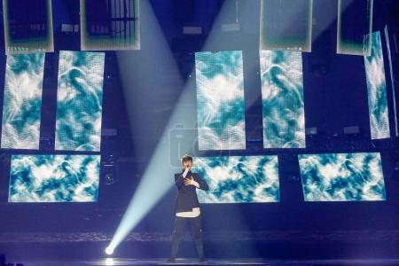 Foto de Kiev, Ucrania - 12 de mayo de 2017: Kristian Kostov de Bulgaria en el Gran Final del ensayo durante la canción de Eurovisión, en Kiev, Ucrania - Imagen libre de derechos
