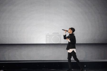 Photo pour Kiev, Ukraine - 12 mai 2017: Kristian Kostov de la Bulgarie à la répétition de la grande finale durant le concours Eurovision de la chanson, à Kiev, Ukraine - image libre de droit