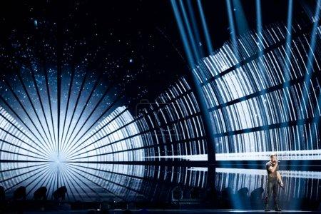 Photo pour KYIV, UKRAINE - 12 MAI 2017 : Imri Ziv d'Israël à la grande répétition finale du Concours Eurovision de la chanson, Kiev, Ukraine - image libre de droit