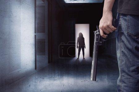 Zombie-Frau und Mann mit Waffe