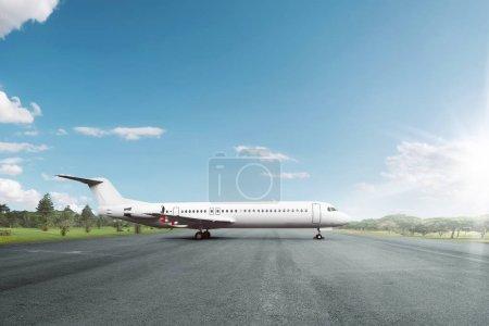 Avion blanc garée sur la piste