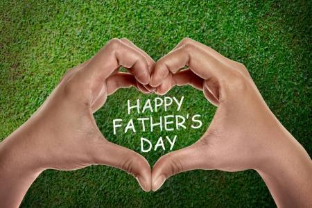 En forme de cœur sur les mains avec la fête des pères heureux texte