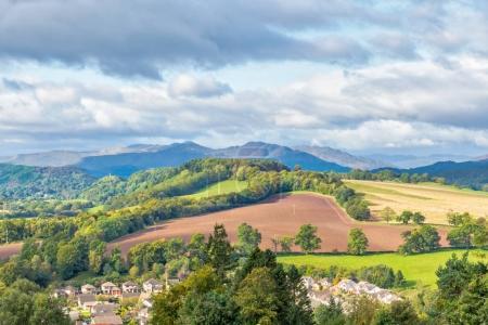 Photo pour La vue de Knock in Crieff. Avec les nouveaux lotissements, les champs arbres et la colline avec le majestueux Ben Chonzie ainsi que dans la distance brumeuse . - image libre de droit