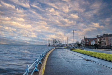 Photo pour En regardant vers l'est sur l'Espalnade à Greenock après les grues de terminal à conteneurs sur la côte ouest de l'Écosse sur la rivière Clyde . - image libre de droit