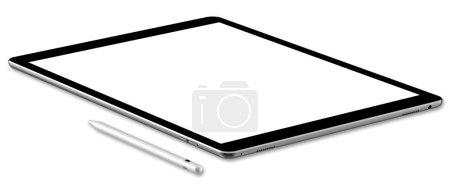 Photo pour Tablette et stylo noirs, isolés sur fond blanc. Mise au point complète . - image libre de droit