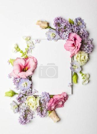 Foto de Tarjeta invitación festiva con la hermosa frontera floral en el fondo con textura blanco - Imagen libre de derechos