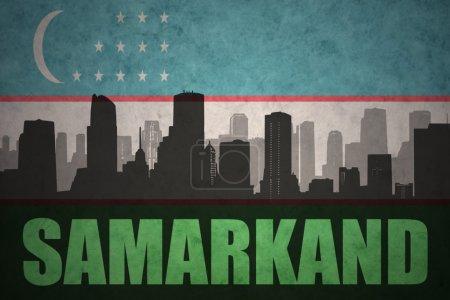 Photo pour Silhouette abstraite de la ville avec le texte de Samarcande à l'arrière-plan de drapeau de l'Ouzbékistan vintage - image libre de droit