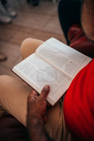 Photo pour Homme lisant un vieux livre islamique - image libre de droit