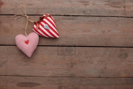 Foto de Feliz celebración de amor día de San Valentín en un estilo rústico aislado. Corazones sobre fondo de madera. - Imagen libre de derechos