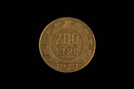 Photo pour Une image en gros plan, prise en macro d'une vieille pièce italienne de 200 lires, prise sur fond noir - image libre de droit