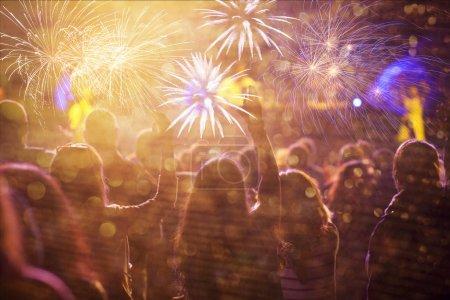 Foto de Muchedumbre que anima ver fuegos artificiales en año nuevo - Imagen libre de derechos