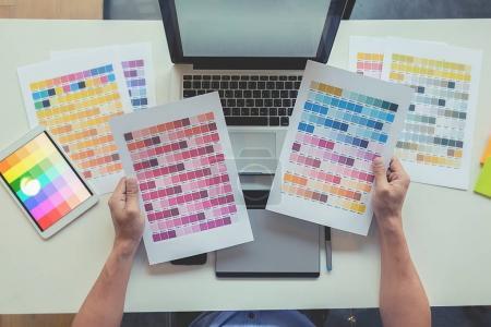 Foto de Diseño gráfico y detalles de color y plumas en un escritorio. Dibujo arquitectónico con herramientas de trabajo y accesorios. - Imagen libre de derechos