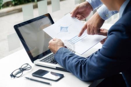 Photo pour Concept d'entreprise. Les gens d'affaires discutent des graphiques et des graphiques montrant les résultats de leur travail d'équipe réussi . - image libre de droit