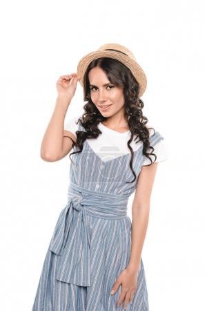 Photo pour Portrait de la belle jeune femme, chapeau de paille de réglage et souriant à la caméra isolé sur blanc - image libre de droit