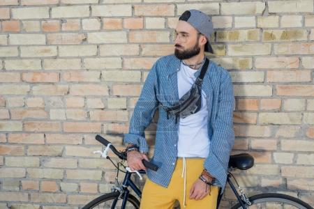 homme hipster avec vélo