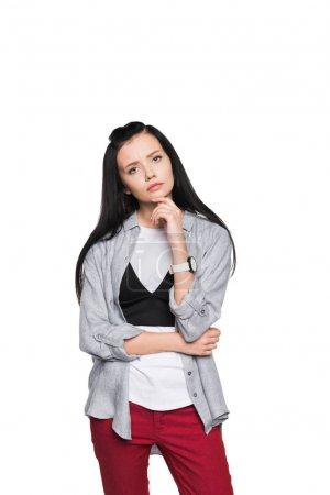 Photo pour Songeuse jeune femme tenant la main sur le menton et en regardant la caméra isolé sur blanc - image libre de droit