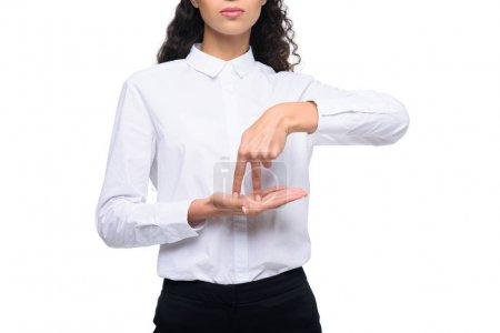 Photo pour Vue recadrée de belle femme gesticulant langage signé, isolé sur blanc - image libre de droit